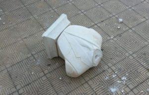 Distrutta e lanciata contro la Scuola la statua di Falcone