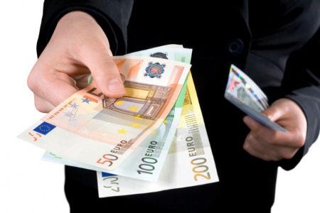 Manovra: addio allo stipendio in contanti