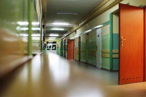 Cava: Spintoni e pugni a due docenti in una scuola elementare