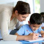 Il compagno di classe è sordo: bimbi imparano la lingua dei segni per aiutarlo