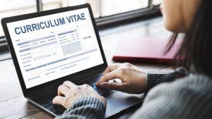 Curriculum Vitae falso è un reato, ecco cosa si rischia chi lo falsifica