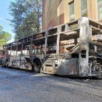 Potenza bus pieno di studenti in fiamme: tutti illesi, danni a 3 auto