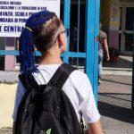 Scuola vietata accesso allo studente con le trecce blu: lui le taglia e si scusa
