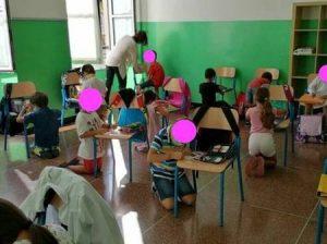 Foto dei bambini in ginocchio a scuola a Genova, ecco la verità, parla il Preside